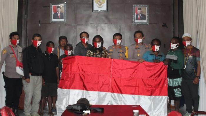 Kapolres Puncak Jaya AKBP Mikael Suradal menerima satu anggota KKB bernama Cari Jalan Telenggen yang menyerahkan diri.