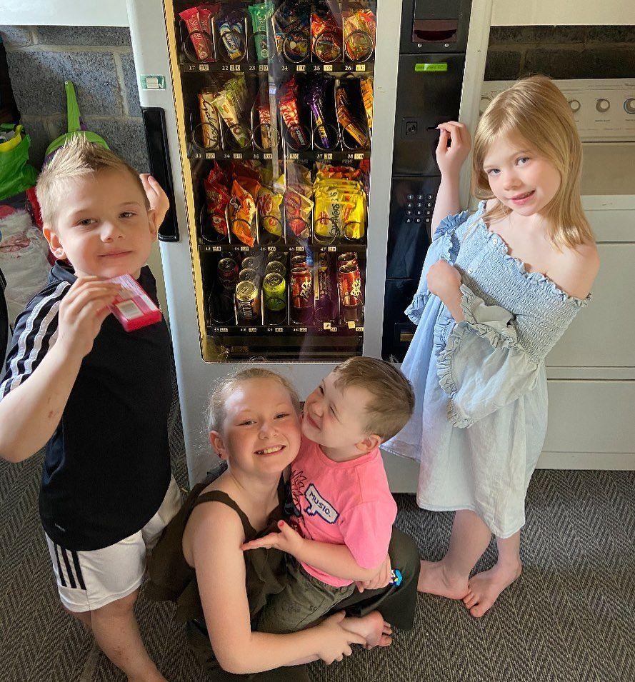 Ibu pasang vending machine camilan