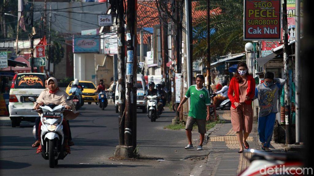 Sudah 2 Tahun, Deretan Tiang Makan Jalan di Ciputat Belum Juga Digeser