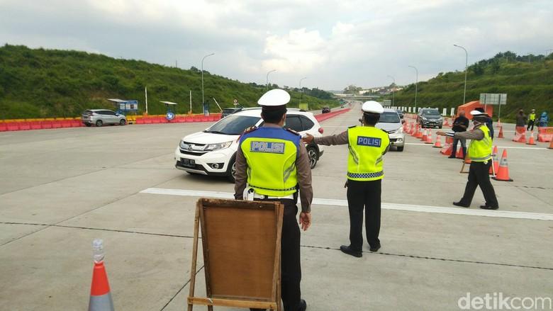 Penyekatan arus balik di gerbang Tol Kalikangkung Semarang, Sabtu (30/5/2020).