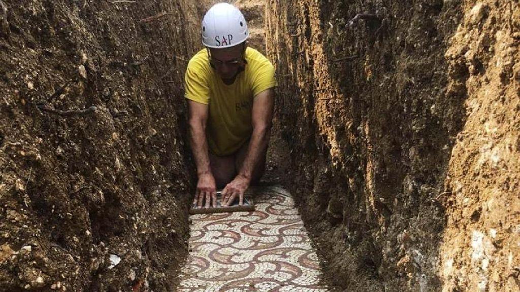 Penampakan Lantai Mosaik Romawi yang Ditemukan di Kebun Anggur Italia