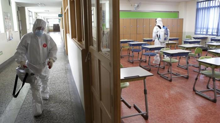 Sekolah-sekolah di Korsel sempat dibuka kembali saat wabah Corona mereda. Namun, beberapa hari kemudian sekolah ditutup lagi lantaran kasus Corona melonjak.