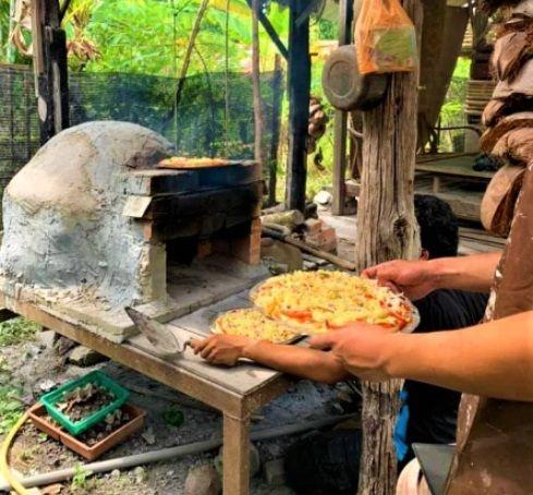 Keluarga di Malaysia jual pizza tradisional