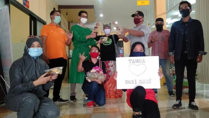 Pemuda Banyuwangi Berikan Masakan Lebaran Ke Nakes di RSUD Blambangan