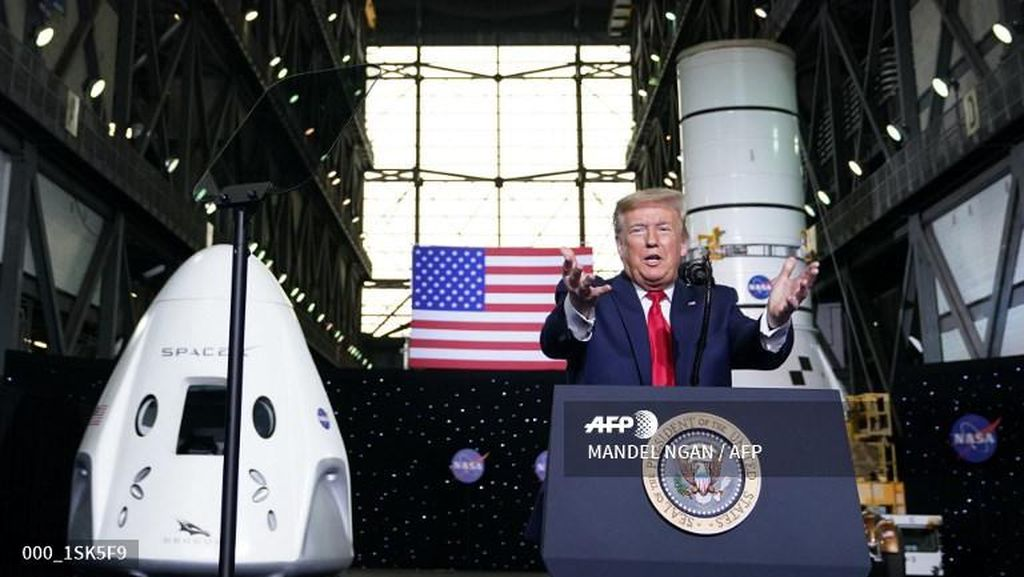 Sukses Lesatkan Astronaut, Elon Musk Dipuji Trump