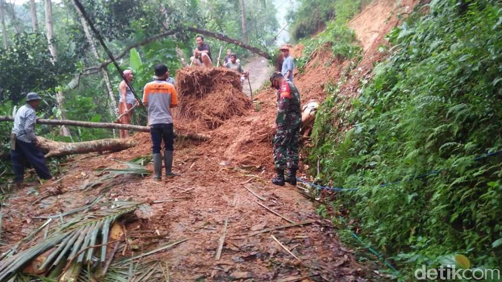 Longsor Terjang 6 Desa di Trenggalek, Tutup Jalan Hingga Timpa Rumah