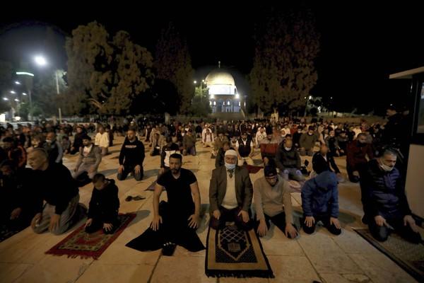 Mereka yang ingin beribadah baik di dalam maupun di kompleks masjid, diwajibkan untuk mengenakan masker dan membawa sajadah sendiri-sendiri. Selain itu, jumlah orang yang diizinkan memasuki kompleks masjid seluas 35 hektar itu juga dibatasi. (Foto: AP/Mahmoud Illean)