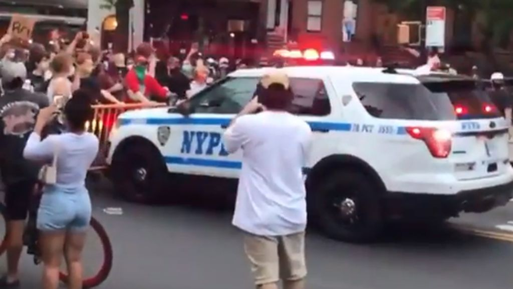 Detik-detik Mobil Polisi New York Seruduk Massa Aksi George Floyd