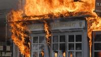 Momen Pos Polisi Los Angeles Dibakar Massa