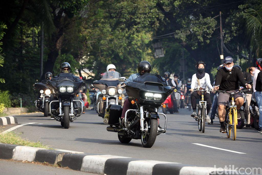 Sejumlah pengendara Moge melintas di Flyover Pancoran, Jakarta, Minggu (31/05/2020). Mereka berkonvoi jelang penerapan new normal.