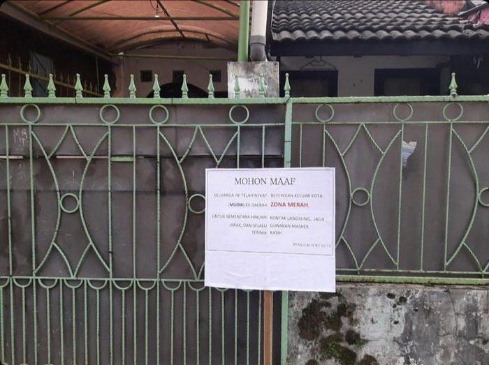 Sebuah rumah ditandai zona merah gegara penghuni sempat mudik ke Karawang