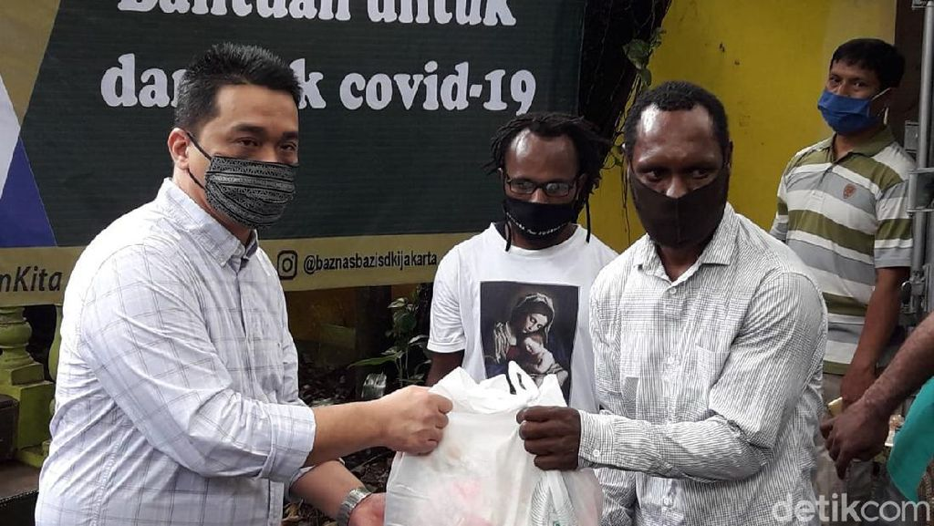 Kunjungi Asrama Mahasiswa Papua, Wagub DKI Beri Bantuan Sembako COVID-19