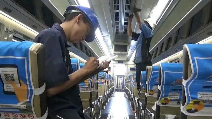 kereta api banyuwangi dibersihkan dan diperbaiki