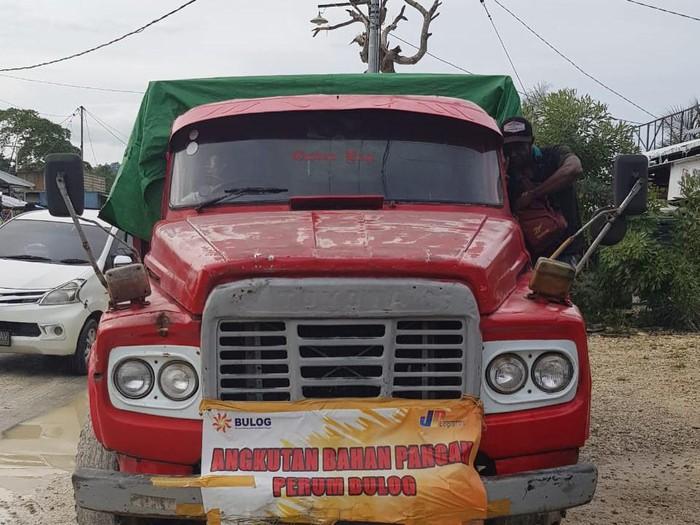 Tim Satuan Reskrim Polres Keerom, Papua, menangkap tiga pengemudi truk karena diduga menggelapkan beras bansos terkait COVID-19.