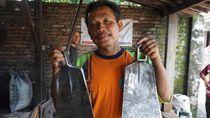 Setia Jadi Pembuat Cangkul, Eko Bisa Raup Rp30 Juta per Bulan