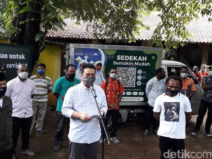 Wagub DKI Ahmad Riza Patria Berikan Bantuan Sembako ke Mahasiswa Papua
