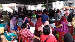 Warga di Medan Berkerumun demi Peroleh Bantuan Sosial dari Pemerintah