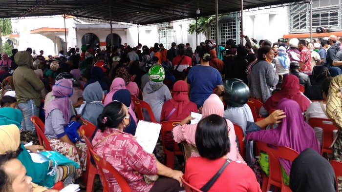 Warga Antre di Medan untuk Dapat Bantuan