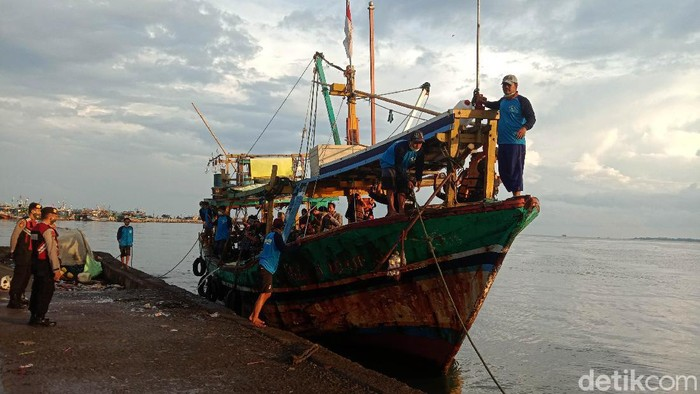 Tradisi Lomban digelar di Kelurahan Ujung Batu, Kecamatan Kota, Kabupaten Jepara, Jawa Tengah. Di tengah pandemo COVID-19, tradisi tersebut digelar secara sederhana.