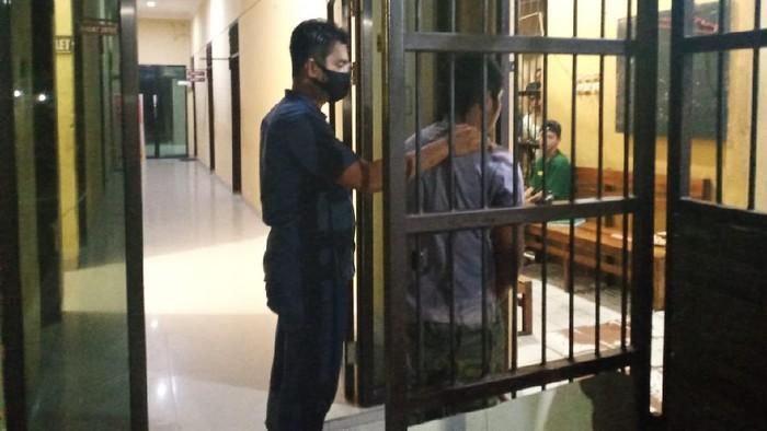 Pelaku saat digelandang polisi ke ruang tahanan Polres Polman.