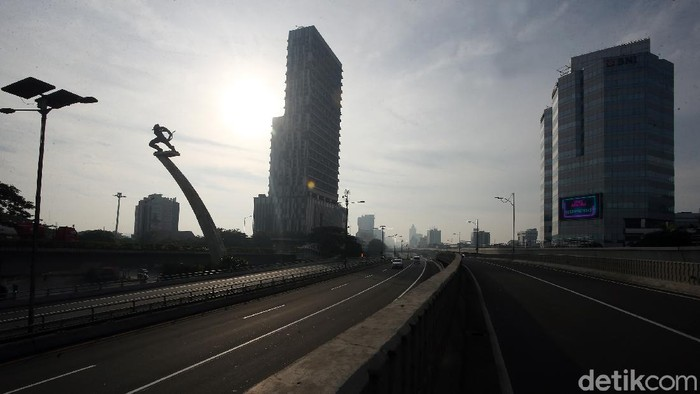 Aktivitas warga belum pulih pasca Lebaran dan di tengah pandemi virus Corona. Sejumlah jalan protokol di wilayah Jakarta, masih lengang, Minggu 31/5).