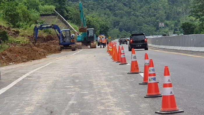 Jalur Tol Ungaran-Semarang KM 426+600 yang sempat tertutup longsor sudah dibersihkan, Minggu (31/5/2020).