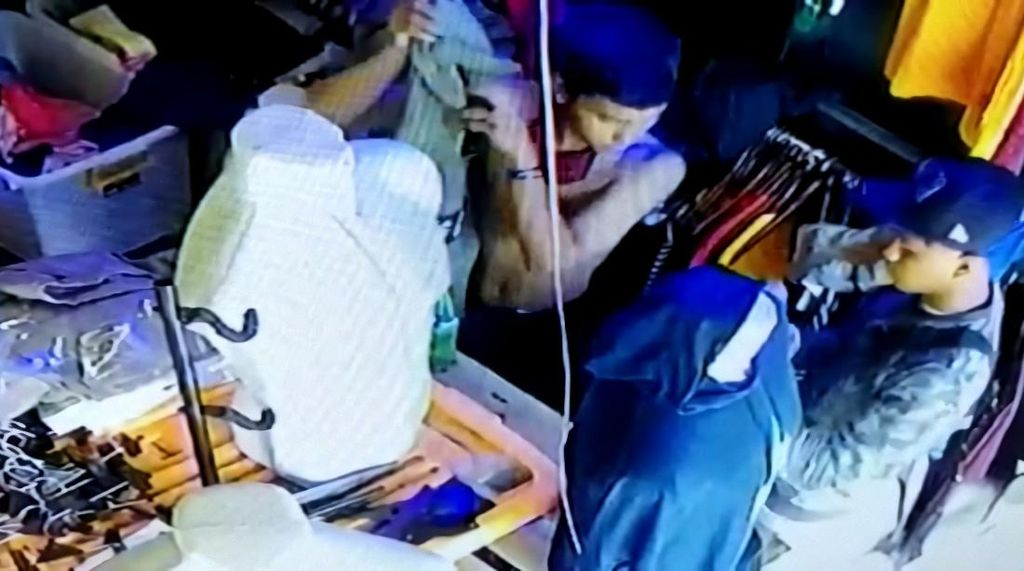 Terekam CCTV, Maling Ini Santuy Banget Curi Baju di Distro