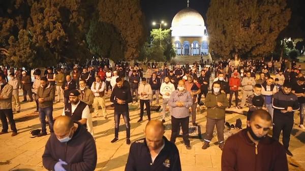 Masjid Al-Aqsa akhirnya kembali dibuka setelah 2,5 bulan ditutup untuk mencegah penyebaran COVID-19. Di hari pertama pembukaannya, sekitar 700 jemaah melaksanakan salat subuh di sana. (Foto: AP/Mahmoud Illean)