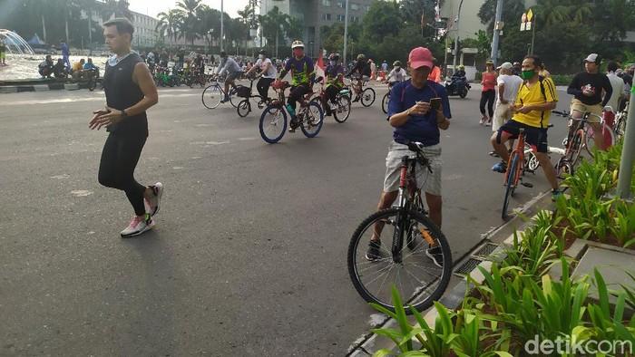 Aktivitas warga di Bundaran HI saat PSBB