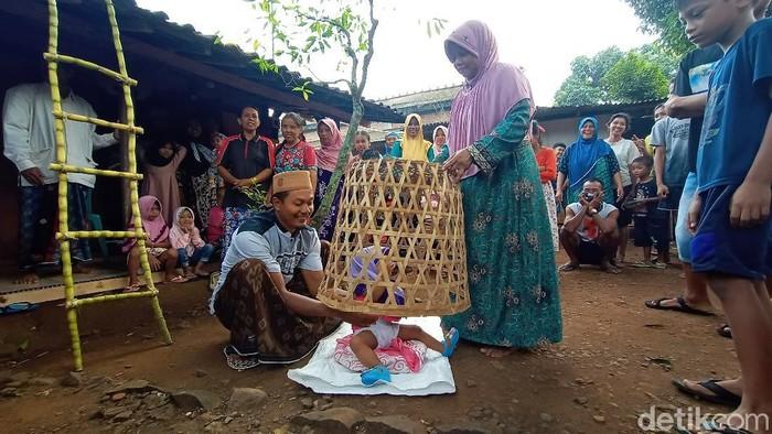 Prosesi mudun lemah di Desa Sowan Lor, Kecamatan Kedung, Jepara, Minggu (31/5/2020).