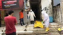 Mayat Pria Ditemukan di Pasar Baru, Petugas Evakuasi Pakai APD