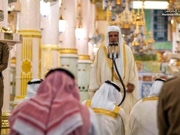 Pemerintah Arab Saudi membuka kembali Masjid Nabawi, Madinah, setelah ditutup akibat virus Corona. Begini potret salat saat Masjid Nabawi dibuka.