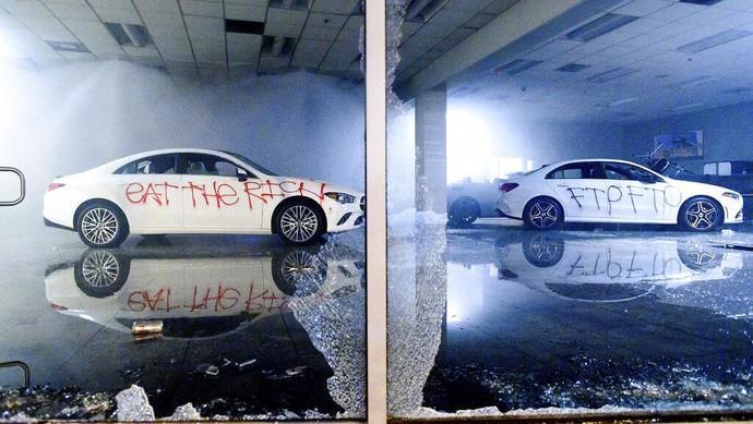 Kematian George Floyd, seorang pria kulit hitam di lutut polisi Minneapolis berbuntut panjang. Demo meluas, bahkan dealer Mercedes-Benz di Oakland jadi sasaran perusakan.