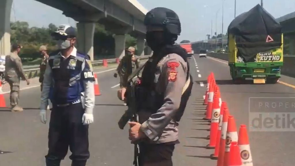 Penyekatan Kendaraan di Tol Japek Dikawal Polisi Bersenjata Lengkap