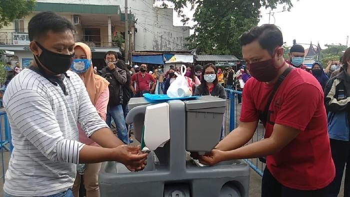 Ratusan Orang Antre Dites Corona di Surabaya