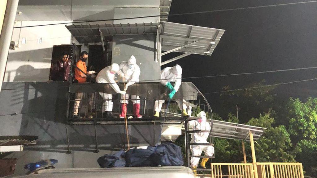 Warga Makassar Ditemukan Tewas di Kamar Kos, Petugas Evakuasi Pakai APD