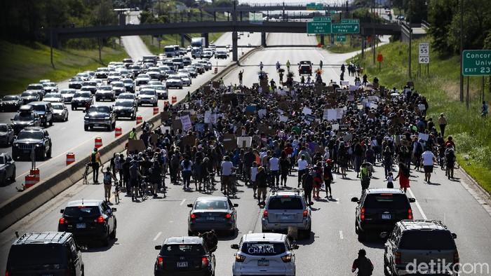 Sebuah truk tangki menerobos kerumunan pengunjuk rasa yang memprotes kematian George Floyd di Minneapolis. Saat ini pengemudi truk telah diamankan polisi.