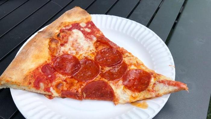 Penumpang pesawat hangatkan pizza dengan lampu LED