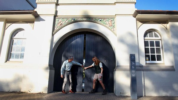 CEO Kebun Binatang Taronga Cameron Kerr dan Gillian Markham membuka gerbang untuk umum di Kebun Binatang Taronga pada 01 Juni 2020 di Sydney, Australia.