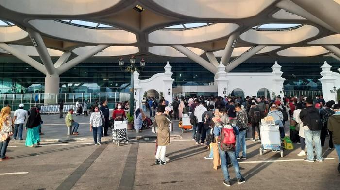 Kerumuman penumpang dan pengantar di Bandara Kulon Progo, 1/6/2020