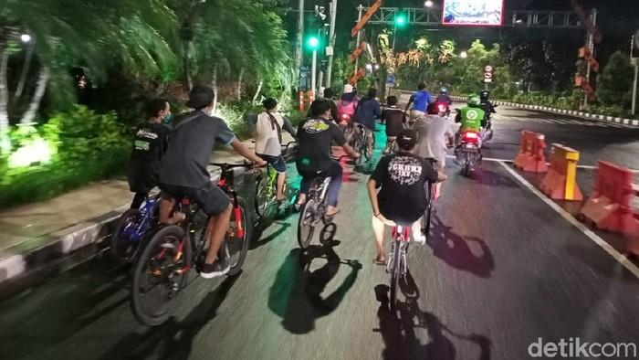 PSBB Surabaya Jilid 3 sudah memasuki hari ke-6. Di jalanan Kota Surabaya, banyak dijumpai warga yang ngontel atau bersepeda kemudian berkerumun nongkrong di pinggir jalan saat malam hari.