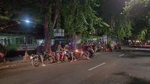 Puluhan Remaja Nongkrong Saat Jam Malam PSBB Surabaya Semburat Dibubarkan Polisi
