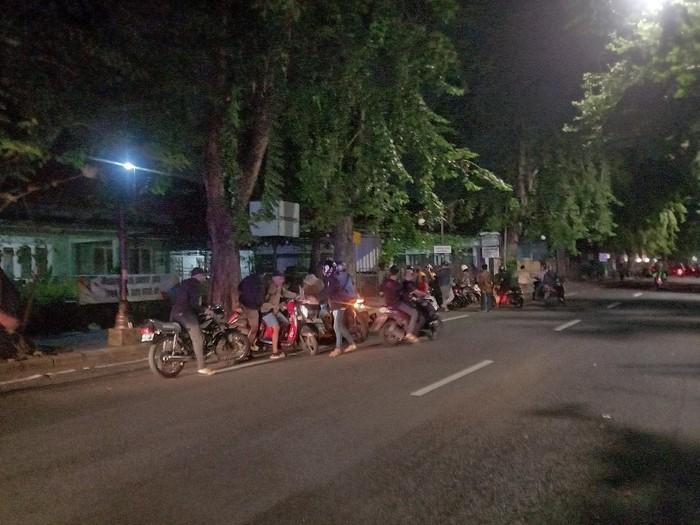 puluhan remaja nongkrong di jalanan surabaya