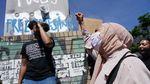 Potret Muslimah Jerman Ikut Demo Dukung George Floyd