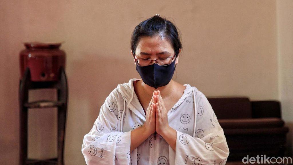 Melihat Umat Buddha Berdoa di Tengah Pandemi
