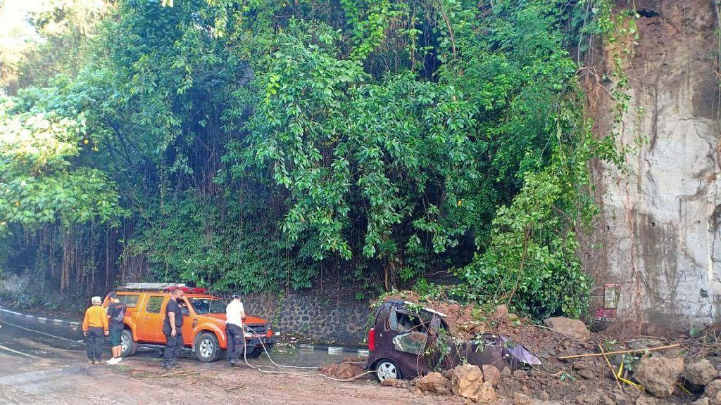 Pohon Tumbang dan Tanah Longsor di Badung Bali, 1 Unit Mobil Tertimpa