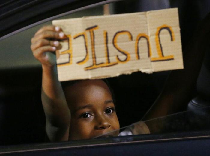 Demo memprotes kematian pria kulit hitam bernama George Floyd terus berlangsung di Amerika Serikat. Aksi yang sudah berlangsung beberapa hari itu juga diikuti anak-anak.