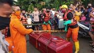Heboh Peti Mati Hanyut di Sungai Belo Soppeng, Ternyata Isinya Kosong