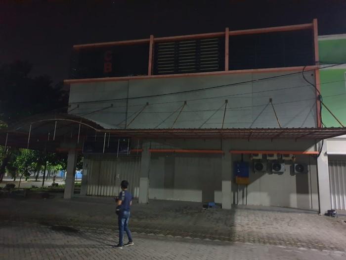 Tempat karaoke di Ruko Royal Mojosari yang ditutup paksa polisi