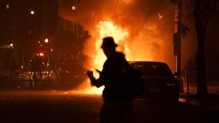 Aksi unjuk rasa atas kematian pria kulit hitam, George Floyd semakin memanas. Kerusuhan dan penjarahan terus dilakukan sejak kematian Fyord pada Senin (25/5/2020) lalu.